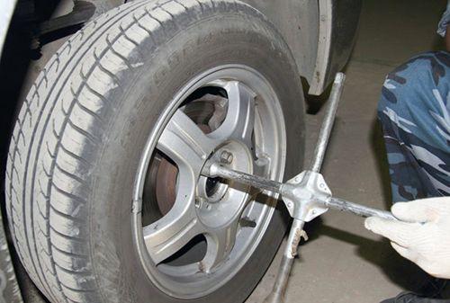 Установка новых передних стоек на автомобилях Лада Приора